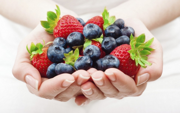 hands-food-berries-strawberries-blueberries-fresh-hearht-wallpaper-e1417812508352